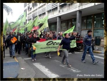 1 Blanca-Ávalos-al-frente-de-los-manifestantes-docentes-profesores-de-la-otep-marchan-por-las-calles-de-Asunción-Paraguay-Infoluque.com.py-