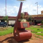 Monumento en homenaje al aviador Silvio Petirossi  en la entrada principal al aeropuerto.