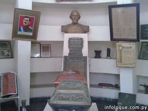 Junto a sus restos mortales que yacen en el Mausoleo, en su interior se encuentran trofeos, cuadros y objetos personales del General.