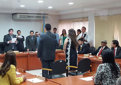 Momento en el cual el Intendente electo Carlos Echeverria jura ante la junta municipal.